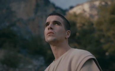 Feduk пытается угнаться за своей девушкой в клипе на трек «Водолей»