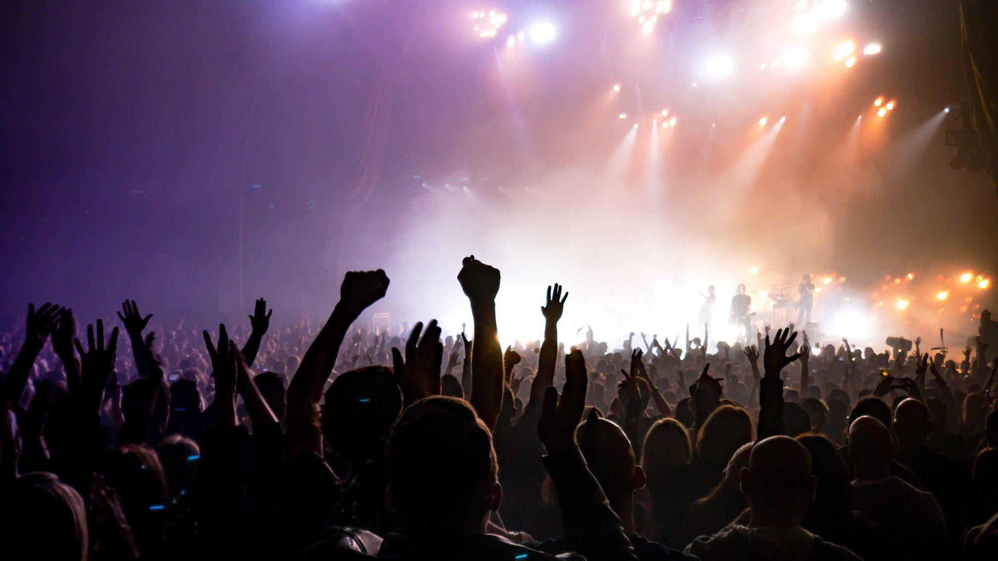 Организаторы рок-концерта во Флориде продают билеты за 999 долларов. А привитым от коронавируса всего за 18