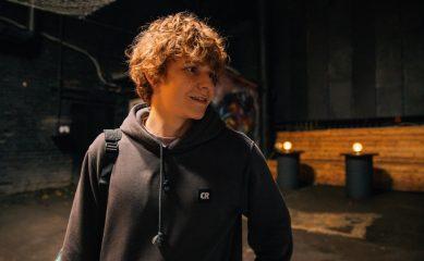 Макар Хлебников в роли 15-летнего стендапера в трейлере сериала «Пингвины моей мамы»