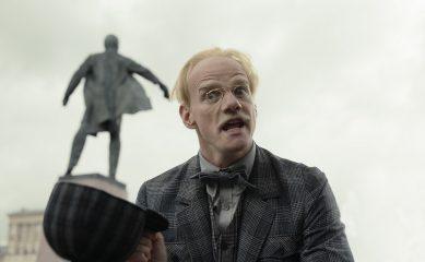 Евгений Князев в образе Берлиоза и Полина Ауг в роли Геллы. «КиноПоиск» показал героев «Воланда»