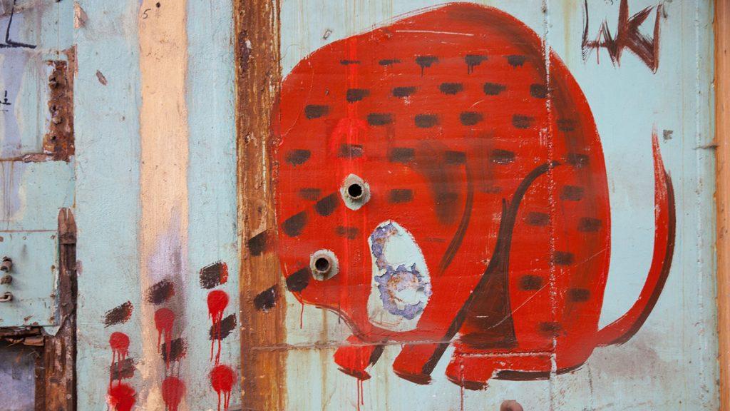 Граффити на стене одного из корпусов НИИДАРа — арт-кластера, откуда сейчас съезжают художники перед сносом бывших заводских помещений. Фото: Мария Рожкова / lumos.art